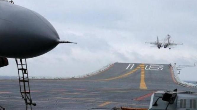 Máy bay chiến đấu J-15 cất cánh trên tàu sân bay Liêu Ninh, Hải quân Trung Quốc ở Biển Đông ngày 2 tháng 1 năm 2017. Ảnh: Cankao