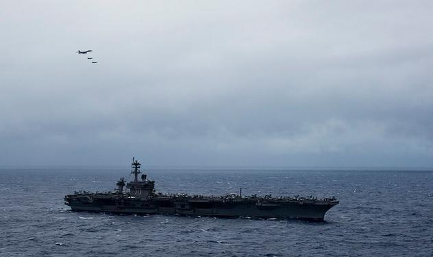 Tàu sân bay USS Carl Vinson Hải quân Mỹ đi vào vùng biển Philippines có sự hộ tống của máy bay ném bom chiến lược B-1B Lancer. Ảnh: Flickr