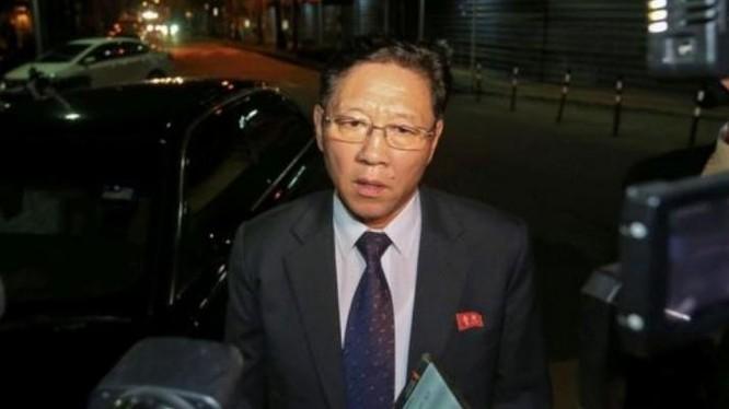 Đại sứ Triều Tiên tại Malaysia Kang Chol trả lời phỏng vấn báo chí ngày 17 tháng 2 năm 2017. Ảnh: ifeng