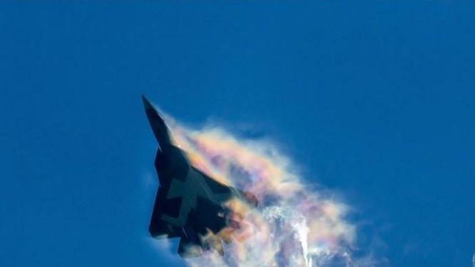 Máy bay chiến đấu tàng hình T-50 Nga tiến hành bay cơ động tốc độ cao. Ảnh: Cankao