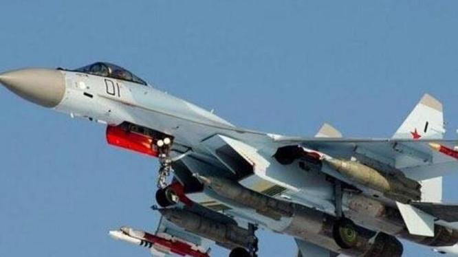 Máy bay chiến đấu Su-35 mang theo đầy đủ vũ khí. Ảnh: Sina
