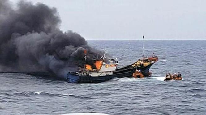 Một tàu cá Trung Quốc bị Cảnh sát biển Hàn Quốc dùng vũ khí tấn công. Ảnh: Cankao