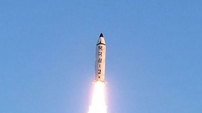 Ngày 12 tháng 2 năm 2017, Triều Tiên phóng tên lửa đạn đạo tầm trung Pukguksong-2. Ảnh: Cankao