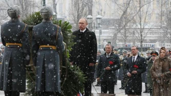 Ngày 23 tháng 2, Tổng thống Nga Vladimir Putin dâng hoa ở vườn hoa Alexander bên ngoài bức tường Điện Kremlin để chúc mừng ngày của những người bảo vệ Tổ quốc. Ảnh: AFP/Cankao