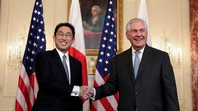 Ngoại trưởng Nhật Bản Fumio Kishida và Ngoại trưởng Mỹ Rex Tillerson. Ảnh: The Japan Times