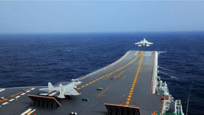 Máy bay chiến đấu J-15 Trung Quốc tập cất cánh trên tàu sân bay Liêu Ninh. Ảnh: Cankao