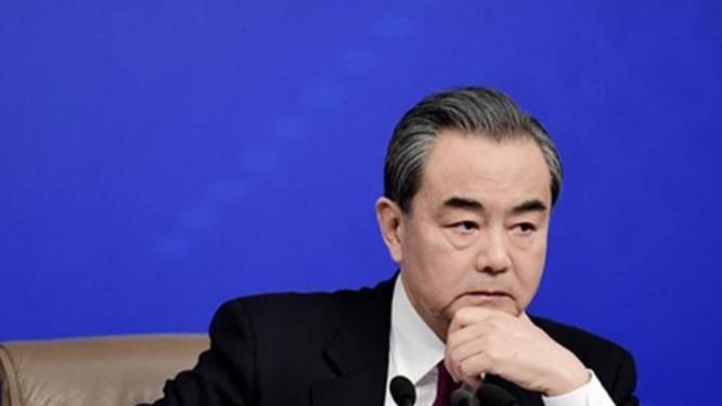 Bộ trưởng Ngoại giao Trung Quốc Vương Nghị tại cuộc họp báo ngày 8/3/2017 bên lề kỳ họp Lưỡng hội, Trung Quốc. Ảnh: Nhật báo Trung Quốc