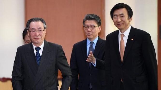 Ông Vũ Đại Vĩ, đại diện cấp cao Trung Quốc và các quan chức ngoại giao Hàn Quốc. Ảnh: New York Times