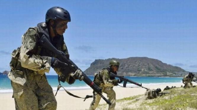 """Lực lượng Phòng vệ Mặt đất Nhật Bản tiến hành huấn luyện """"đoạt đảo"""" ở Hawaii, Mỹ. Ảnh: Cankao"""