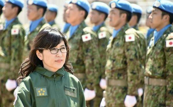 Bộ trưởng Quốc phòng Nhật Bản Tomomi Inada thị sát lực lượng gìn giữ hòa bình Nhật Bản ở Nam Xu-đăng. Ảnh: Sohu
