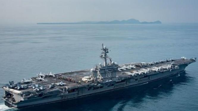 Tàu sân bay động cơ hạt nhân USS Carl Vinson ở eo biển Sunda ngày 15/4/2017. Ảnh: New York Times