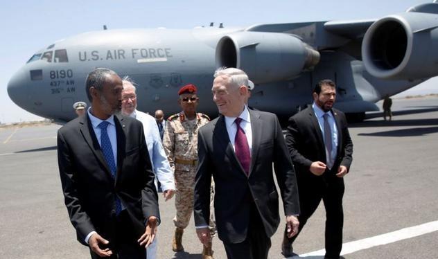 Bộ trưởng Quốc phòng Mỹ James Mattis và Bộ trưởng Quốc phòng Djibouti Ali Hasan Bahdon ở sân bay Djibouti-Ambouli ngày 23/4/2017. Ảnh: VOA
