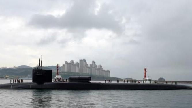 Ngày 25/4/2017, tàu ngầm hạt nhân USS Michigan đến Busan, Hàn Quốc. Ảnh: VOA