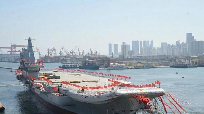 Ngày 26/4/2017, tàu sân bay động cơ thông thường Type 001A Trung Quốc hạ thủy ở nhà máy đóng tàu Đại Liên thuộc Tập đoàn công nghiệp nặng tàu thủy Trung Quốc. Ảnh: Cankao