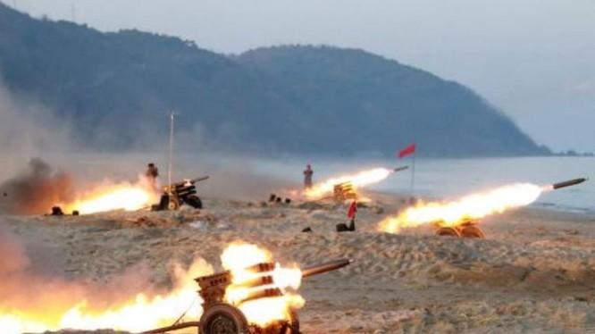 Hiện trường huấn luyện bắn pháo của Triều Tiên. Ảnh: Tân Hoa xã/KCNA