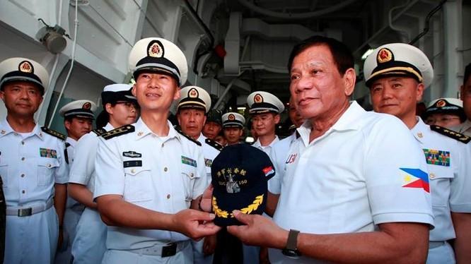 Ngày 1/5/2017, Tổng thống Philippines Rodrigo Duterte lên thăm tàu chiến hải quân Trung Quốc. Ảnh: AP/Philippine Star