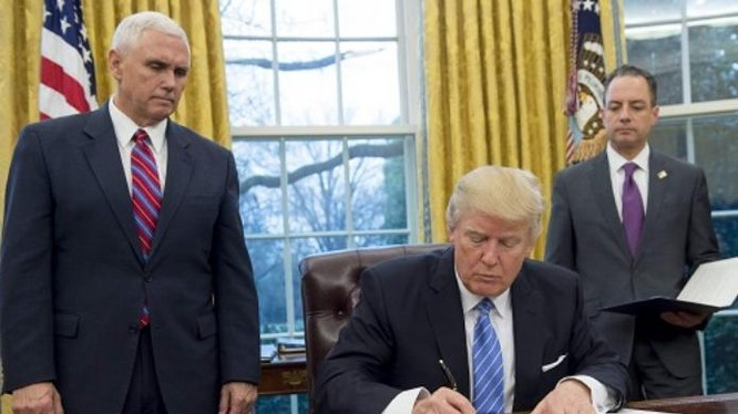 Tổng thống Mỹ Donald Trump ký sắc lệnh rút khỏi TPP