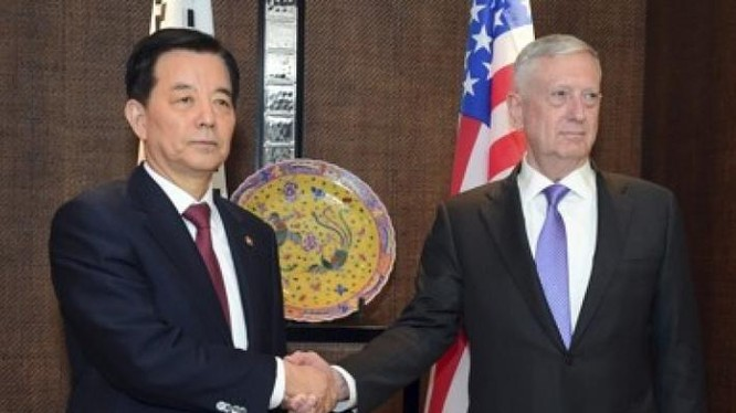 Bộ trưởng Quốc phòng Hàn Quốc Han Min-koo và Bộ trưởng Quốc phòng Mỹ James Mattis. Ảnh: Yonhap