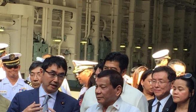 Ngày 4/6/2017, Tổng thống Philippines Rodrigo Duterte tham quan tàu sân bay trực thăng JS Izumo của Lực lượng Phòng vệ Biển Nhật Bản tại vịnh Subic, Philippines. Ảnh: Philstar.