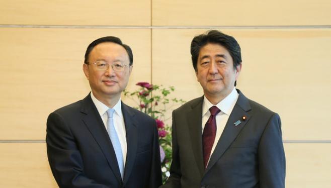 Cuối tháng 5/2017, Ủy viên Quốc vụ Trung Quốc ông Dương Khiết Trì sang Nhật Bản để tìm cách cải thiện quan hệ Trung - Nhật. Trong hình là Thủ tướng Nhật Bản Shinzo Abe (phải) tiếp ông Dương Khiết Trì vào ngày 31/5/2017.