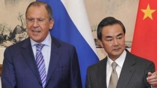 Bộ trưởng Ngoại giao Nga Sergei Lavrov và người đồng cấp Trung Quốc Vương Nghị. Ảnh: Sina