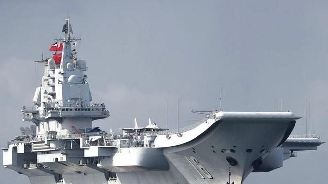 Ngày 7/7/2017, tàu sân bay Liêu Ninh, Hải quân Trung Quốc đến Hồng Kông. Ảnh: BBC.