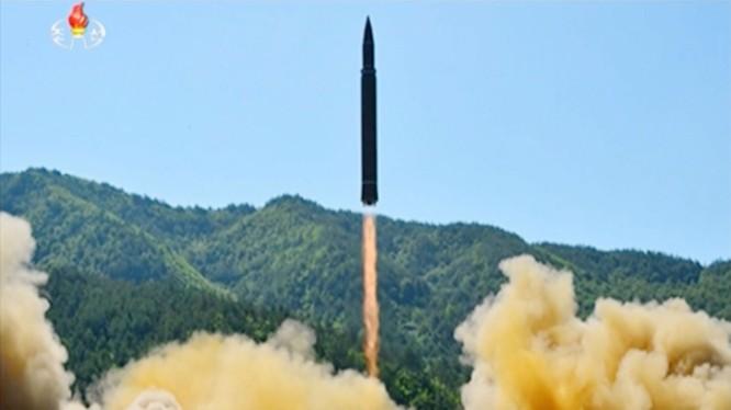 Tên lửa đạn đạo Hwasong-14 Triều Tiên.