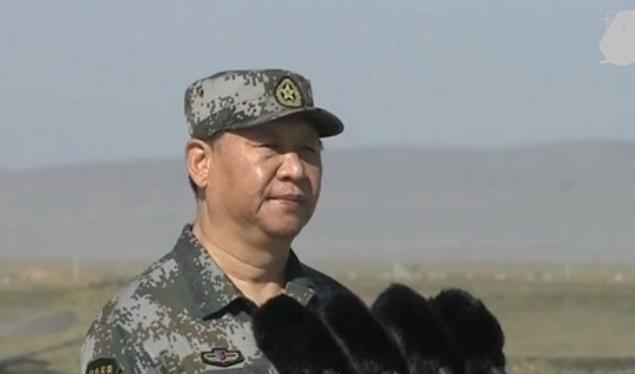 Chủ tịch Trung Quốc Tập Cận Bình mặc quân phục dự Lễ duyệt binh kỷ niệm tròn 90 năm thành lập quân đội Trung Quốc. Ảnh: NTDTV.