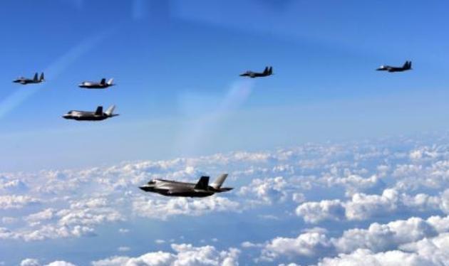 Máy bay chiến đấu tàng hình F-35B Mỹ và máy bay chiến đấu F-15K Hàn Quốc bay theo biên đội ở bán đảo Triều Tiên. Ảnh; Cankao.