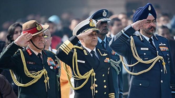 Tham mưu trưởng Lục quân Ấn Độ Bipin Rawat (trái). Ảnh: AFP.