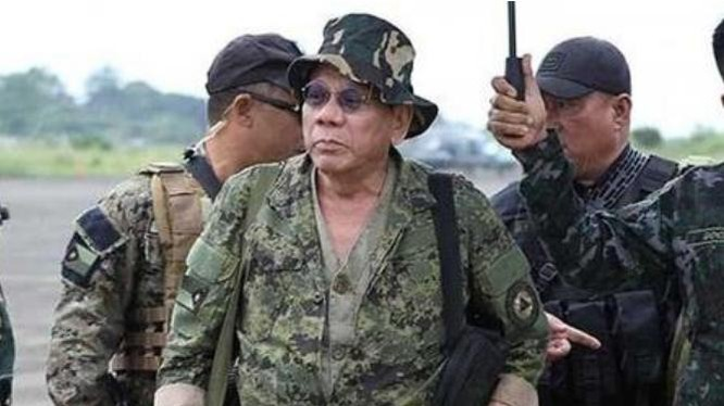 Tổng thống Philippines Rodrigo Duterte trong bộ quân phục. Ảnh: Sina.
