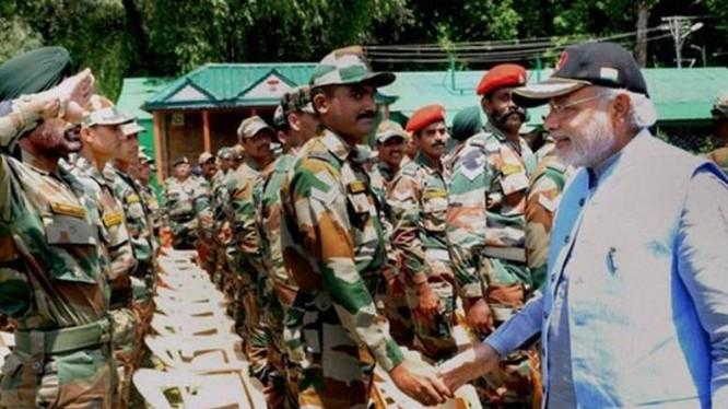 """Thủ tướng Ấn Độ Narendra Modi đưa ra chính sách """"Make in India"""" để tìm cách làm cho Ấn Độ từng bước giảm lệ thuộc vào nhập khẩu vũ khí trang bị. Ảnh: The Financial Express."""