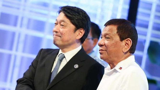 Bộ trưởng Quốc phòng Nhật Bản Itsunori Onodera và Tổng thống Philippines Rodrigo Duterte. Ảnh: Rappler.