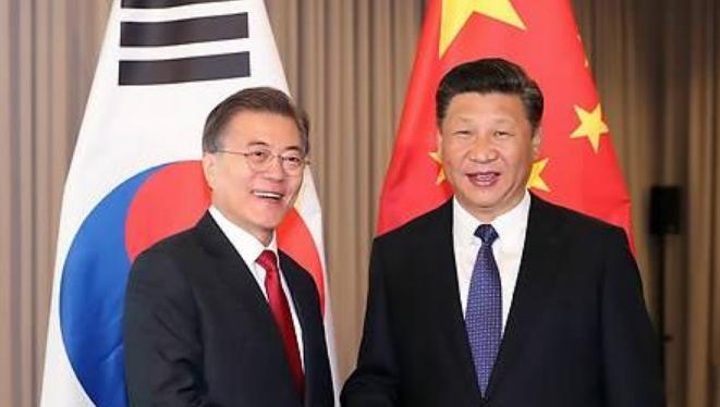 Tổng thống Hàn Quốc Moon Jae-in và Chủ tịch Trung Quốc Tập Cận Bình gặp gỡ bên lề Hội nghị Thượng đỉnh G20 ở Đức ngày 6/7/2017. Ảnh: Yonhap.