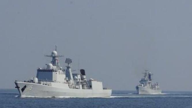 Tàu khu trục Thẩm Dương và tàu khu trục Thanh Đảo của Hạm đội Bắc Hải, hải quân Trung Quốc trong một cuộc tập trận vào đầu năm 2017. Ảnh: Sina.