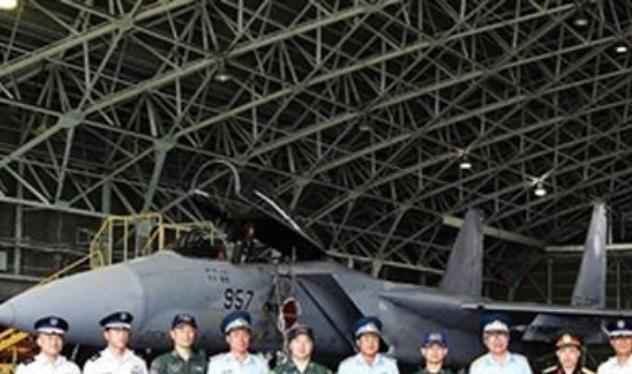 Đoàn đại biểu quân đội Việt Nam sang thăm Nhật Bản và chụp ảnh trước máy bay chiến đấu F-15J Nhật Bản. Ảnh: Sohu.