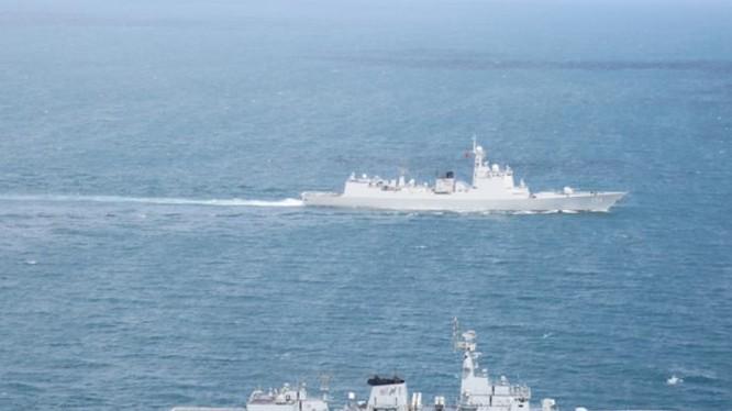 Ngày 22/11/2017, tàu khu trục Trịnh Châu 151 của Hạm đội Đông Hải, hải quân Trung Quốc tiến hành diễn tập liên hợp với tàu hộ vệ Saif Type F22P hải quân Pakistan. Ảnh: Mil.