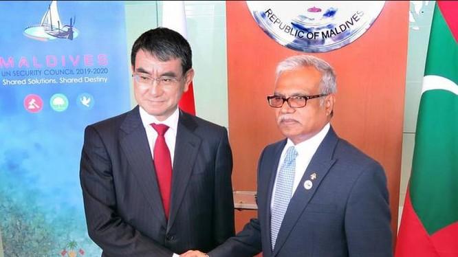 Ngày 6/1/2018, Ngoại trưởng Nhật Bản Taro Kono tiến hành hội đàm với Ngoại trưởng Maldives Mohamed Asim. Ảnh: The Japan Times.