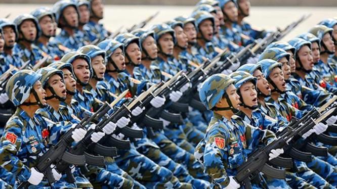 Quân đội Việt Nam tiến hành lễ diễu binh với súng trường Israel. Ảnh: Xinmin.