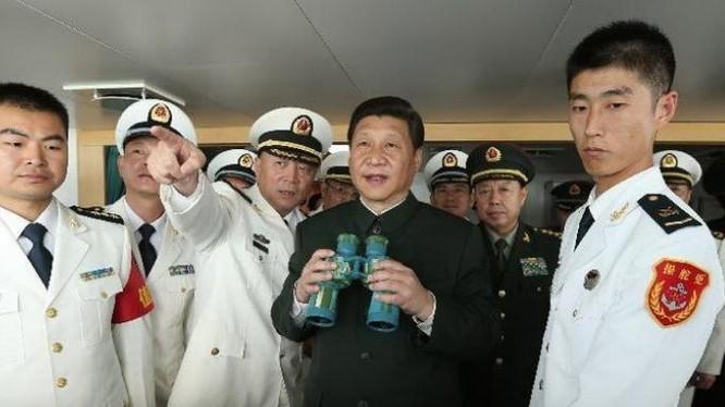 Tháng 12/2012, Chủ tịch Trung Quốc Tập Cận Bình thị sát Hạm đội Nam Hải. Ảnh: Sohu/Xinhuanet.