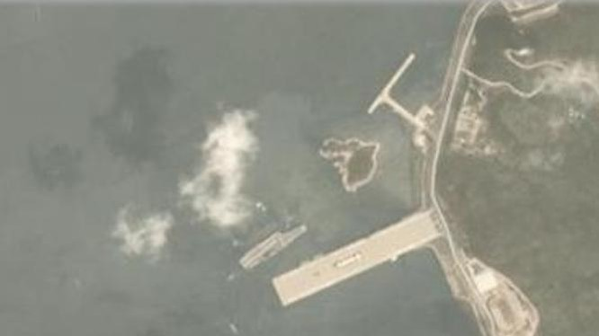 Tàu sân bay Liêu Ninh xuất hiện ở quân cảng Tam Á ngày 24/3/2018. Ảnh: Sina.