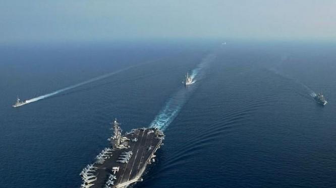 Tàu sân bay USS Theodore Roosevelt của hải quân Mỹ và tàu chiến hải quân Singapore trên Biển Đông. Ảnh: Naval Today.