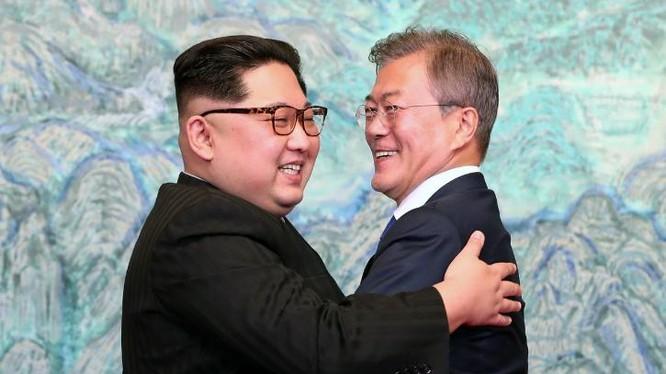 Nhà lãnh đạo Triều Tiên Kim Jong-un và Tổng thống Hàn Quốc Moon Jae-in ôm hôn. Ảnh:The Daily Caller.