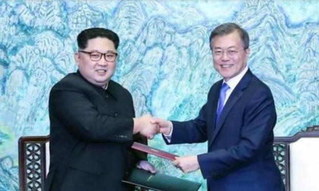 Nhà lãnh đạo Triều Tiên và Hàn Quốc ký kết Tuyên bố Panmunjom. Ảnh: Sina.
