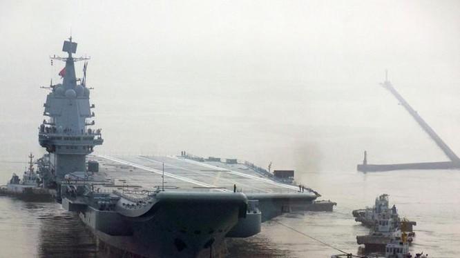 Tàu sân bay Type 001A Trung Quốc chạy thử trên biển lần đầu tiên. Ảnh: Dwnews.