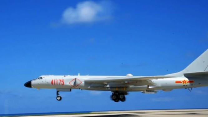 Máy bay ném bom H-6K không quân Trung Quốc được cho là đã lần đầu tiên huấn luyện cất hạ cánh phi pháp trên sân bay ở Biển Đông. Ảnh: News.ifeng.com.