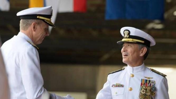 Đô đốc Philip Davidson và Đô đốc Harry Harris bàn giao quyền lực. Cả hai đều có lập trường cứng rắn với Trung Quốc, bao gồm vấn đề Biển Đông. Ảnh: Sina.