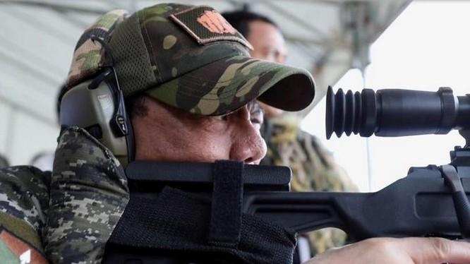 Tổng thống Philippines thử súng ngắm của Trung Quốc. Ảnh: Sina.