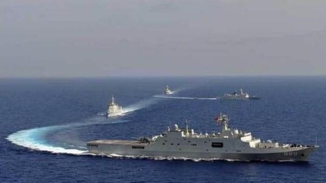 Biên đội huấn luyện biển xa của Hạm đội Nam Hải, hải quân Trung Quốc. Trong biên đội này có tàu đổ bộ Type 071 đi đầu. Ảnh: Sina.