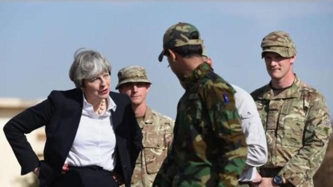 Thủ tướng Anh Theresa May và binh sĩ Anh. Ảnh: Sina.